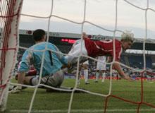 Nicklas Bendtner scorer mod Polen august 2006