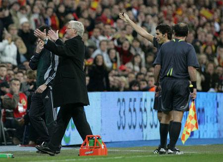Morten Olsen bortvises mod Spanien 2007